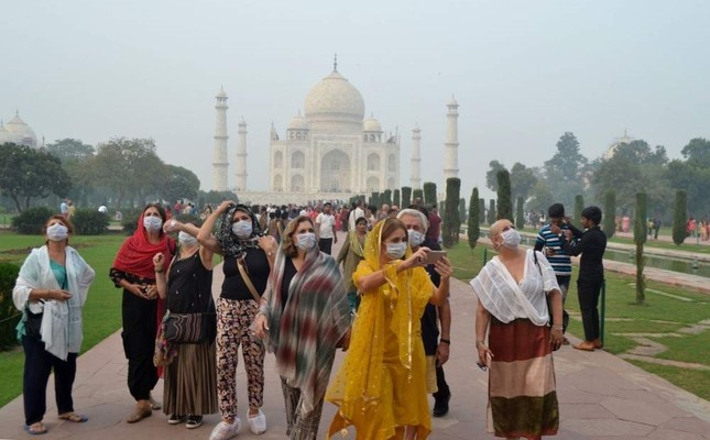 Foreign tourists wearing face masks visit the Taj Mahal under heavy smog, Agra, Nov. 4, 2019. (AFP Photo)
