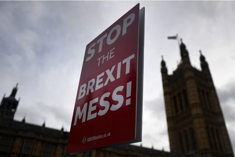 Pro-EU protesters hold a placard that reads 'Stop the Brexit Mess' outside  Parliament in London Britain, Nov. 29, 2018. (EPA Photo)