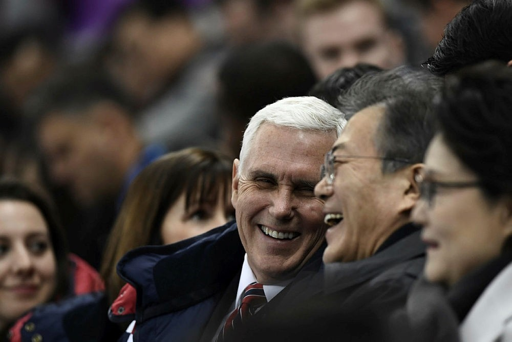 US Vice President Mike Pence (C) talks to South Korea's President Moon Jae-in during the short track speed skating event during the Pyeongchang 2018 Winter Olympic Games, on February 10, 2018. (AFP PHOTO)