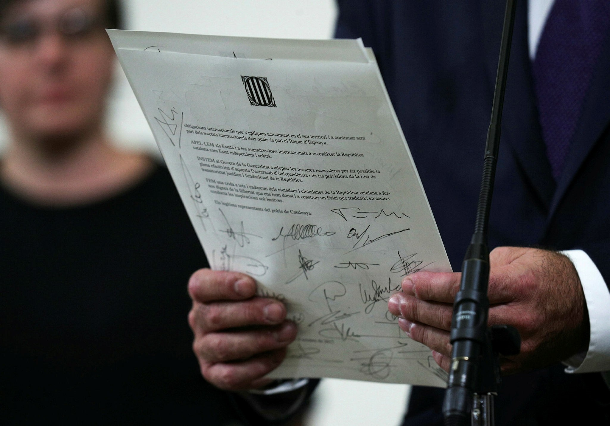 A declaration of independence is seen after it was signed by members of the Catalan regional government at the Catalan regional parliament in Barcelona, Spain, October 10, 2017. (Reuters Photo)