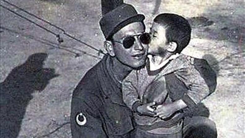 Ayla kisses Sergeant Su00fcleyman Dilbirliu011fi while Turkish troops were in South Korea during the Korean War.