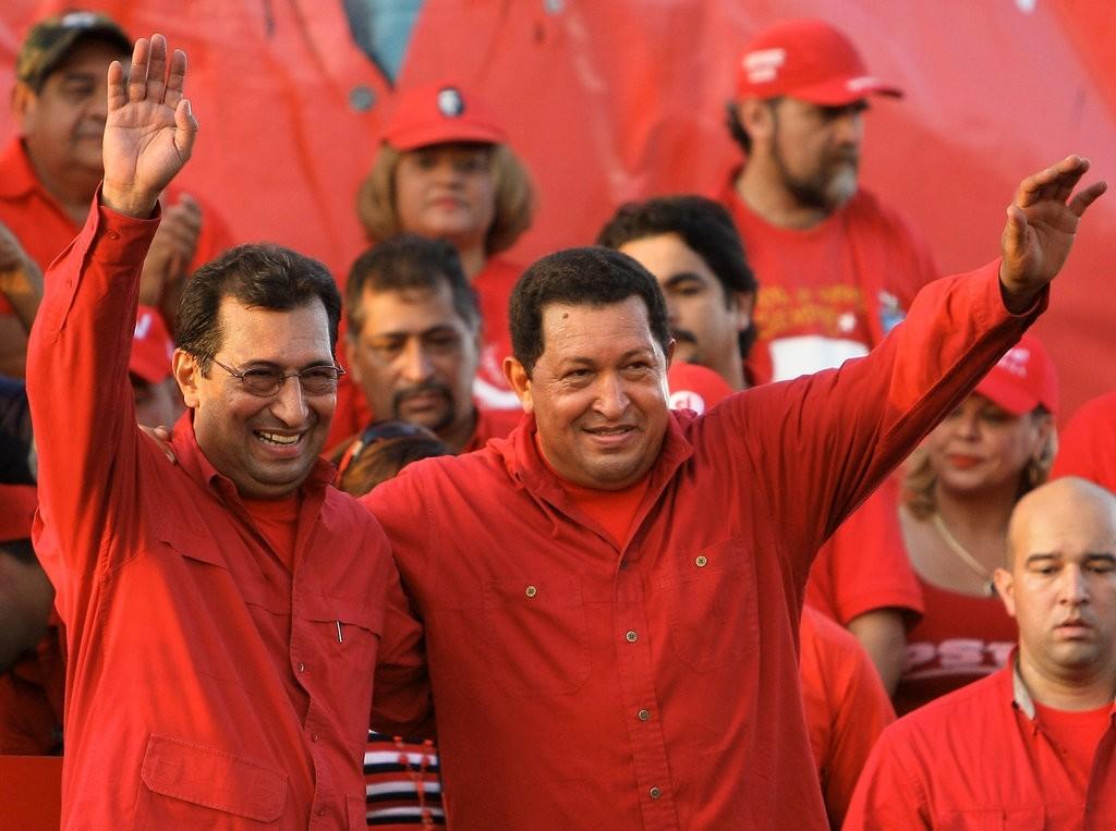 Adu00e1n Chu00e1vez (L), the older brother of late President Hugo Chu00e1vez (R). (AFP Photo)