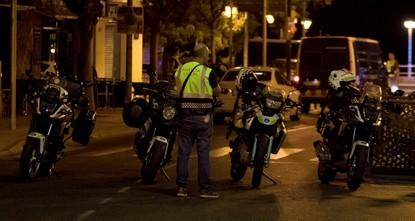 pStunden des Terrors in Spanien: Nur kurz nach dem Daesh-Anschlag mit einem Lieferwagen in Barcelona mit mindestens 13 Toten hat die Polizei in einem katalanischen Touristenort vermutlich eine...