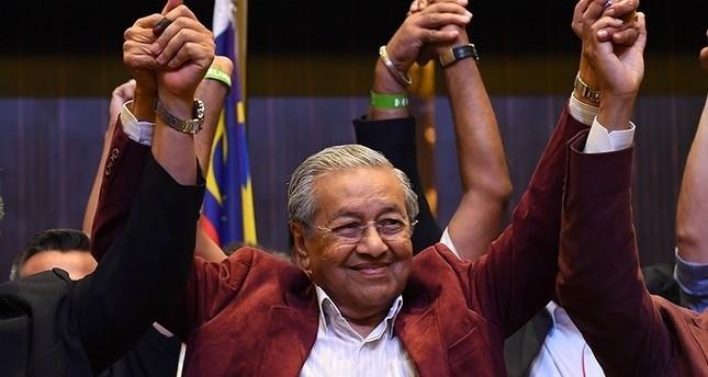 مهاتير محمد يؤدي اليمين الدستورية رئيسًا لوزراء ماليزيا