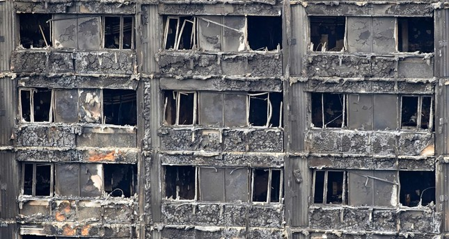 The charred remains of clading are pictured on the outer walls of the burnt out shell of the Grenfell Tower block in north Kensington, west London on June 22, 2017. (AFP Photo)