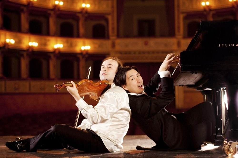 The duo includes the audience in the show and performs concerts full of laughter.