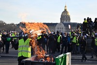 Tear gas marks 14th yellow vest protest