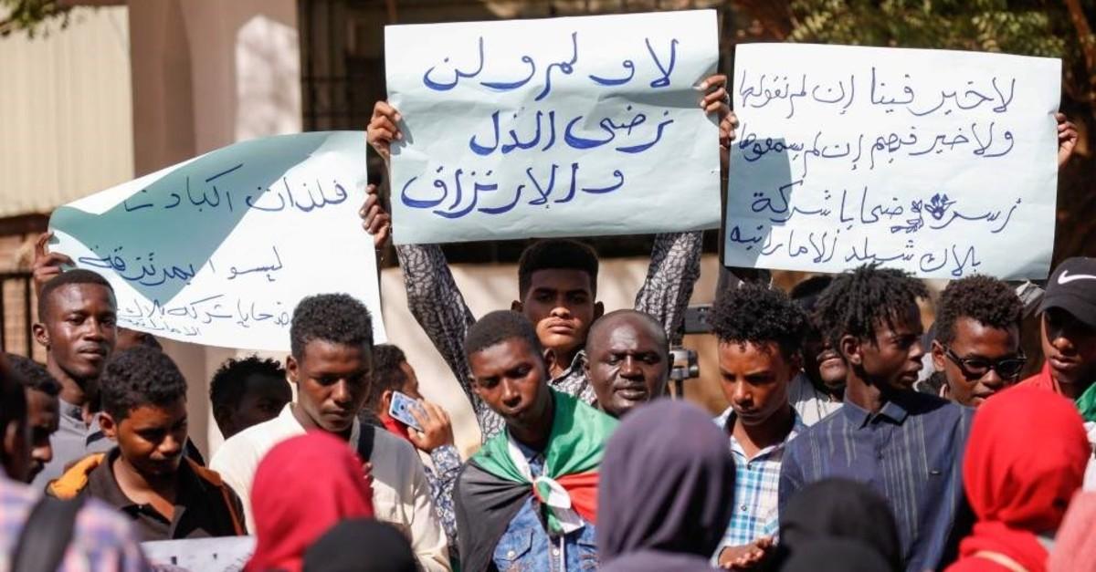 Sudanese demonstrators carry placards and chant slogans, Khartoum, Jan. 28, 2020. (AFP Photo)