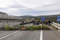 المحتجون قطعوا الطريق الدولية المؤدية إلى فرنسا (الفرنسية)