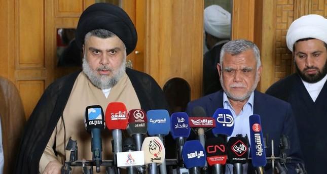 مقتدى الصدر (على اليسار) في مؤتمر صحفي مع رئيس ائتلاف الفتح، هادي العمري (الأناضول)