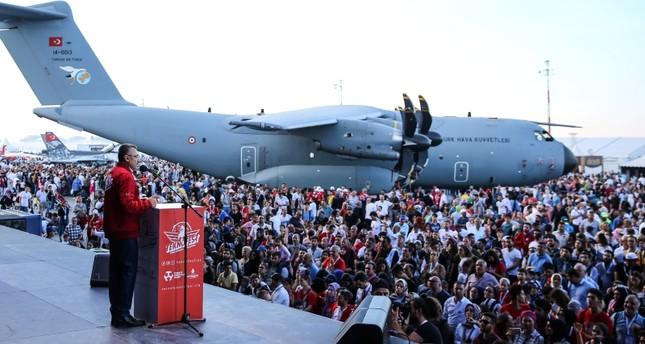 نائب الرئيس التركي فؤاد أوقطاي خلال زيارته مهرجان تكنوفيست إسطنبول لتكنولوجيا الطيران والفضاء (الأناضول)