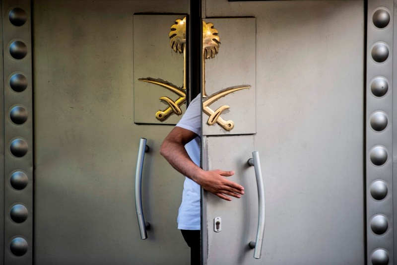 A Saudi official enters the door of the Saudi consulate in Istanbul on October 7, 2018. (AFP Photo)