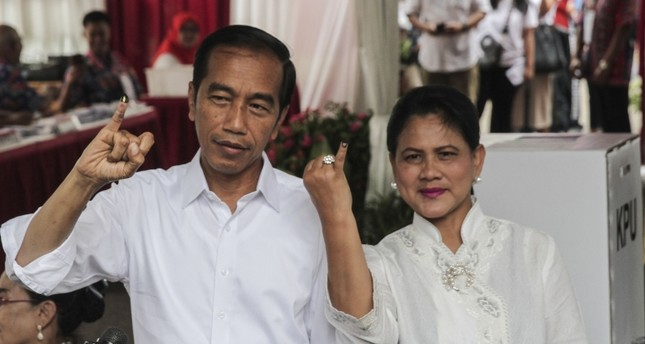 Indonesian President Joko Widodo and first lady Iriana Joko Widodo show their ink-stained fingers after casting their ballots during elections in Jakarta, Indonesia April 17, 2019. (AA Photo)