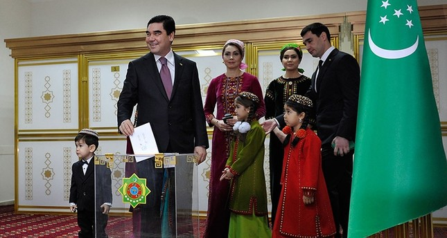 Turkmenistan's President Gurbanguly Berdymukhamedov casts his vote at a polling station during the presidential election in Ashgabad, on February 12, 2017 (AFP Photo)