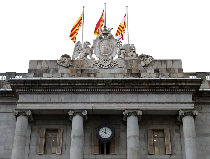 A clock on City Hall in front of the regional gov't HQ the Generalitat, is seen at ten o'clock, final deadline set by Madrid for Catalan leader Puigdemont to retract an ambiguous independence declaration, in Barcelona, Oct. 19, 2017. (Reuters Photo)