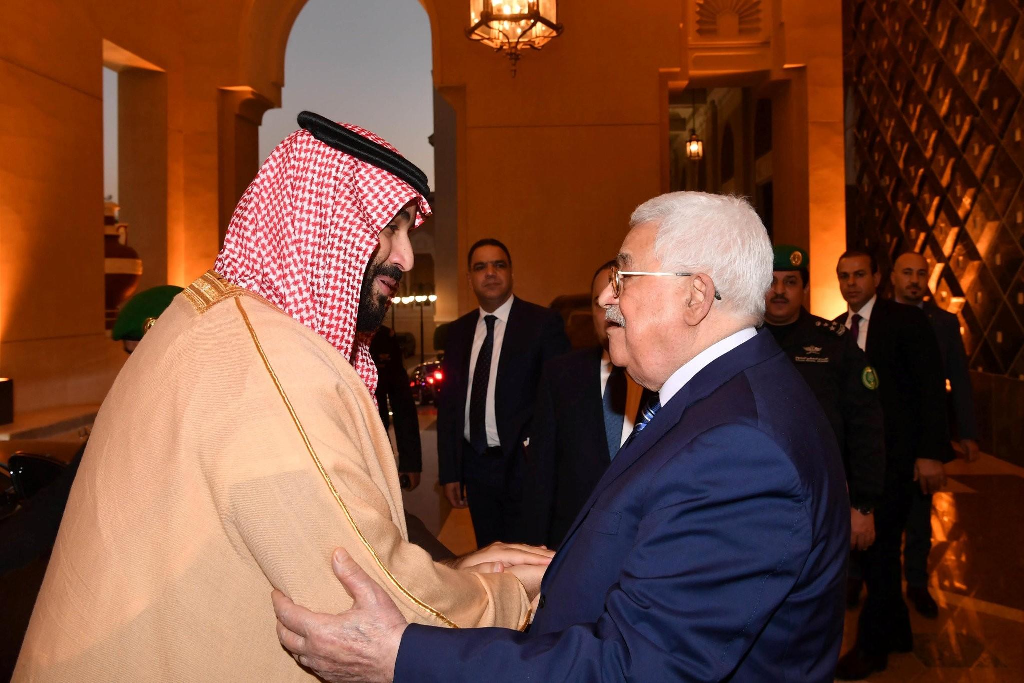 Saudi Arabia's Crown Prince Mohammed Bin Salman welcomes Palestinian President Mahmoud Abbas in Riyadh, Saudi Arabia December 21, 2017. (Reuters Photo)