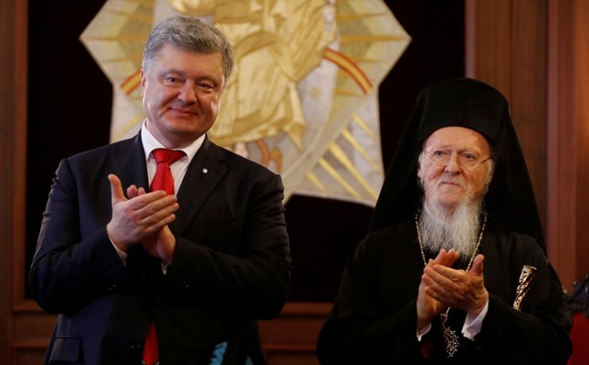 Ukraine's President Petro Poroshenko, left, and Ecumenical Orthodox Patriarch Bartholomew I applaud after their meeting at the Patriarchate in Istanbul, Nov. 3, 2018. (Reuters Photo)
