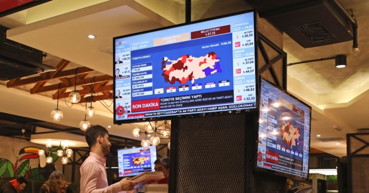 TV coverage of the local elections is seen on screens in a restaurant in Istanbul, Sunday, March 31, 2019. (AP Photo)