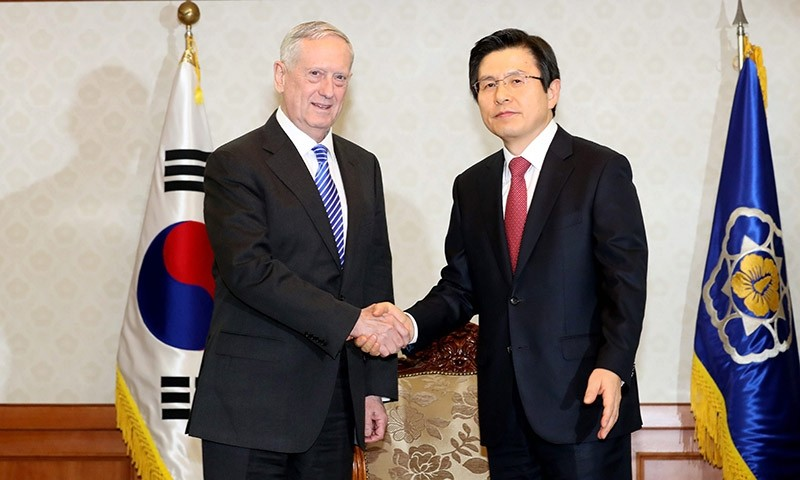 South Korean acting President and Prime Minister Hwang Kyo-ahn (R) shakes hands with US Defense Secretary James Mattis at the Government Building in Seoul, South Korea, 02 February 2017. (EPA Photo)