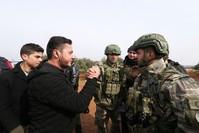 سوريون يرحبون بالقوات التركية خارج قاعدتهم بالقرب من قرية بنش، في محافظة إدلب، سوريا، الجمعة 14 فبراير 2020.