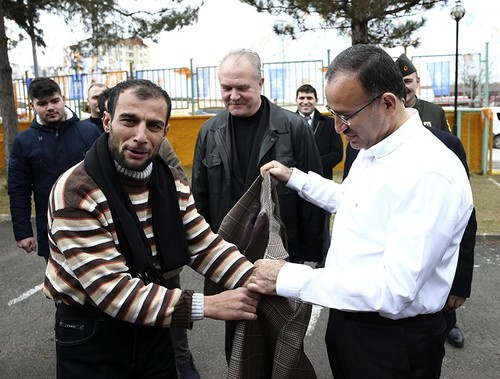 Deputy PM Bozdağ gives jacket as gift to cold man in Turkey's Yozgat province