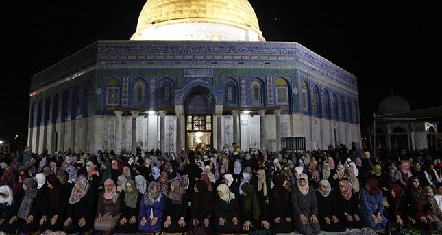 القدس.. آلاف الفلسطينين يؤدون أول صلاة تراويح  بالمسجد الأقصى هذا العام