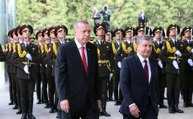 President Recep Tayyip Erdoğan is welcomed by his Uzbek counterpart Shavkat Mirziyoyev in Tashkent, Uzbekistan April 30.