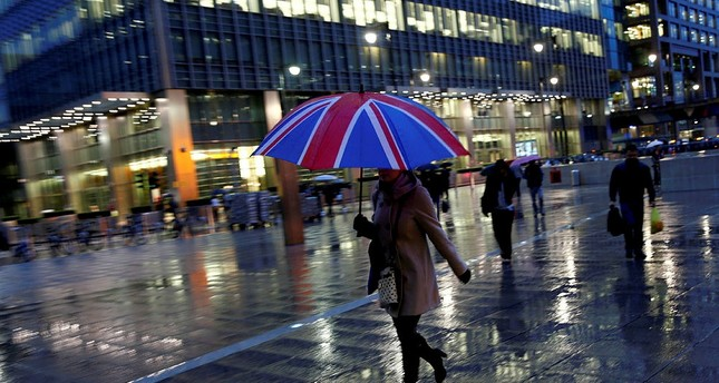 Workers are seen in the Canary Wharf financial district in London, Britain, November 11, 2013. (REUTERS Photo)