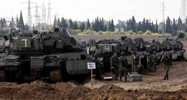مدرعات إسرائيلية على الحدود مع غزة أمس رويترز