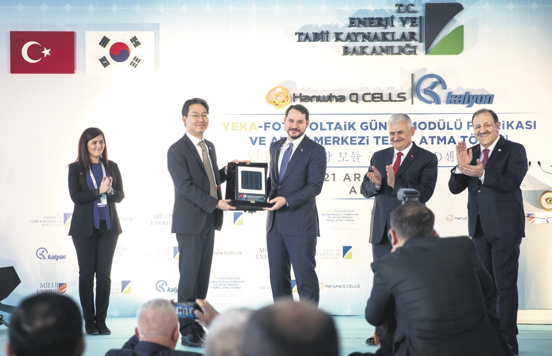 Hanwha Q Cells Vice Chairman Ho Woo Shin (L) presents Energy Minister Albayrak (R) with a solar panel cell plaquette during ground-breaking ceremony, Ankara, Dec. 21.