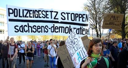 آلاف الألمان يتظاهرون ضد العنصرية في بلادهم