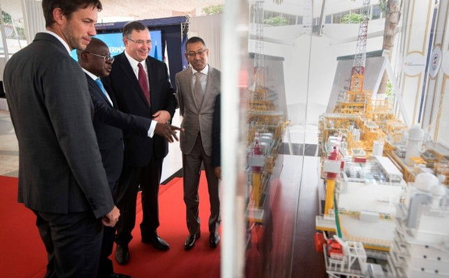(L/R) Total Angola Manager Olivier Jouny, Angolan State Economy Minister Manuel Nunes Junior, Total CEO Patrick Pouyanne and State Resources Minister Diamantino Azevedo look at a model of Kaombo Norte platform in Luanda on Nov. 10, 2018. (AFP Photo)
