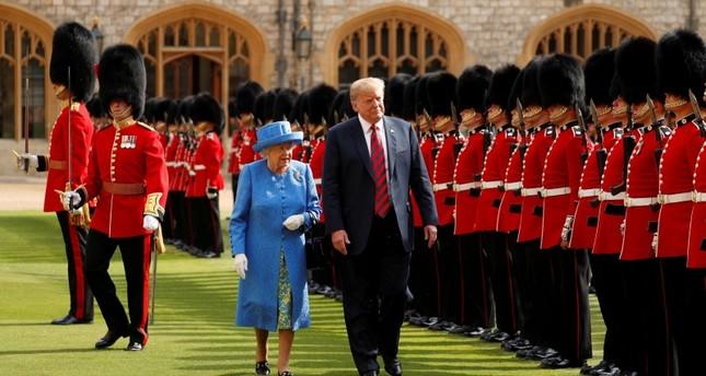 ترامب يكسر البروتوكول 3 مرات خلال لقاء ملكة بريطانيا