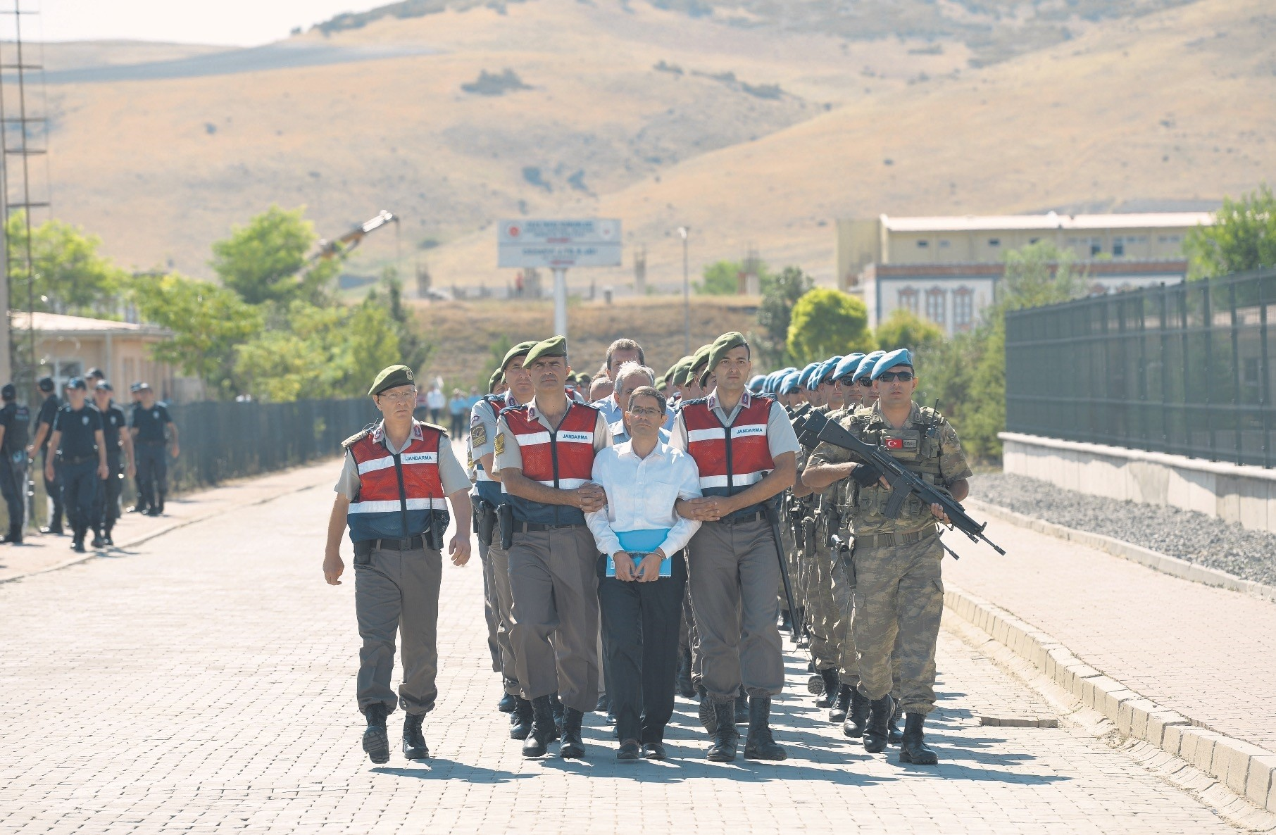 Gendarmerie officers escort Kemal Batmaz and other defendants to the courtroom for a coup trial. Batmaz is one of the alleged masterminds of the coup bid for FETu00d6 and was captured at Aku0131ncu0131 Air Base.
