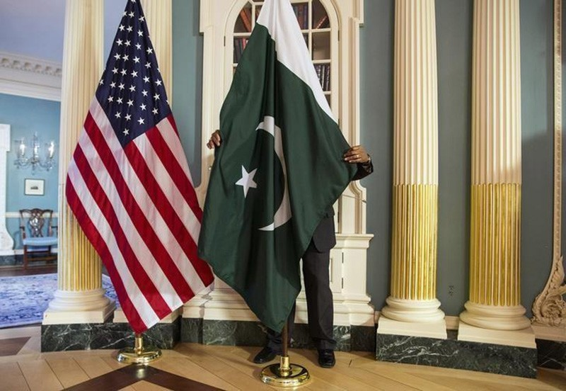 A State Department contractor adjust a Pakistan national flag before a meeting at the State Department in Washington February 19, 2015. (Reuters Photo)