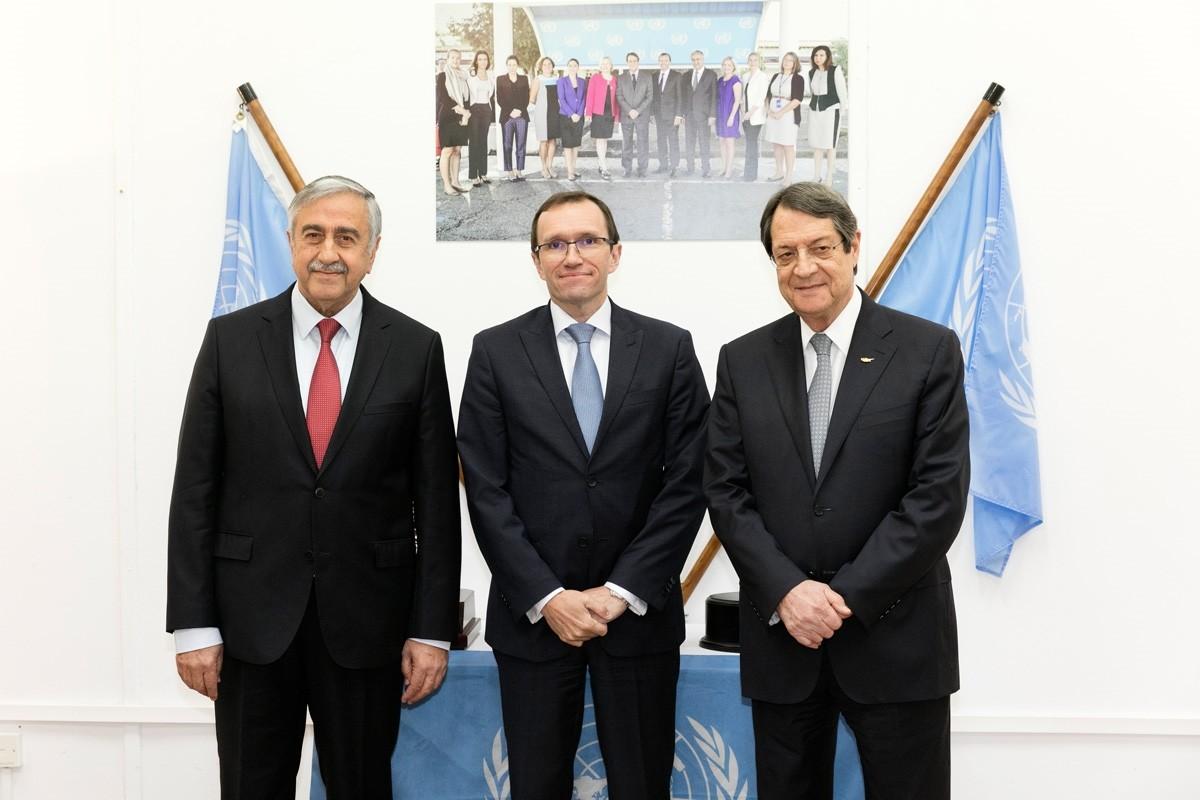 Mustafa Akinci (L), United Nations envoy Espen Barth Eide and Nicos Anastasiades. (AA Photo)
