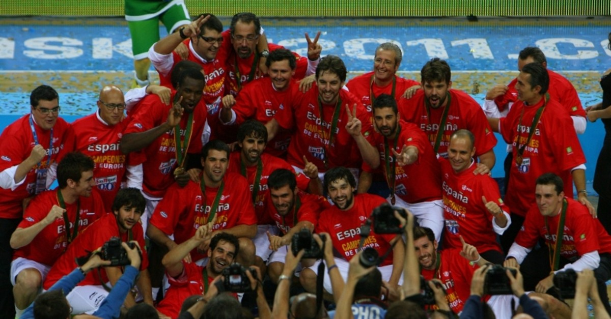 The Spanish national basketball team celebrates their victory at the end of the EuroBasket 2011 final between Spain and France in Kaunas on September 18, 2011. (AFP Photo)