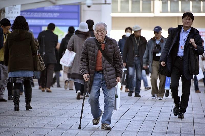 An elderly man walks with a stick in Yokohama, near Tokyo, Japan, 26 February 2016. (EPA Photo)