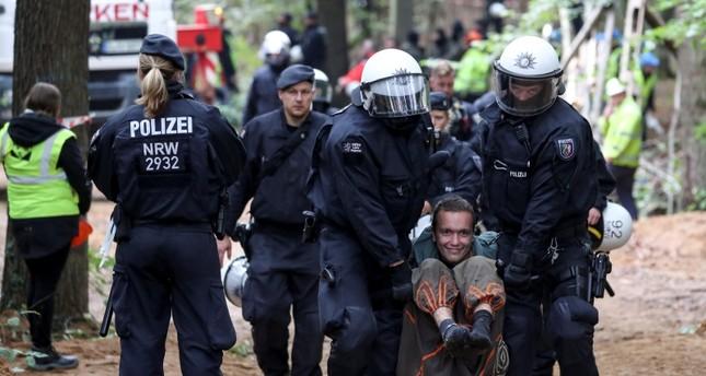الشرطة الألمانية تقمع أنصار البيئة الذين يسعون لمنع قطع أشجار غابة قديمة