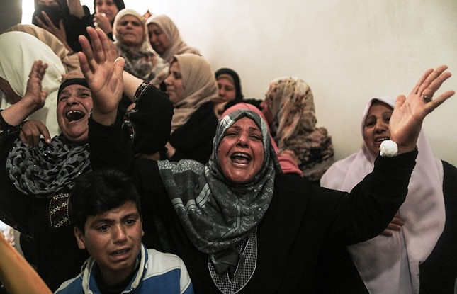 Relatives of Hamdan Abu Amsha, who was killed a day earlier by Israeli soldiers, cry during his funeral in Beit Hanun in the northern of Gaza Strip. (AFP Photo)