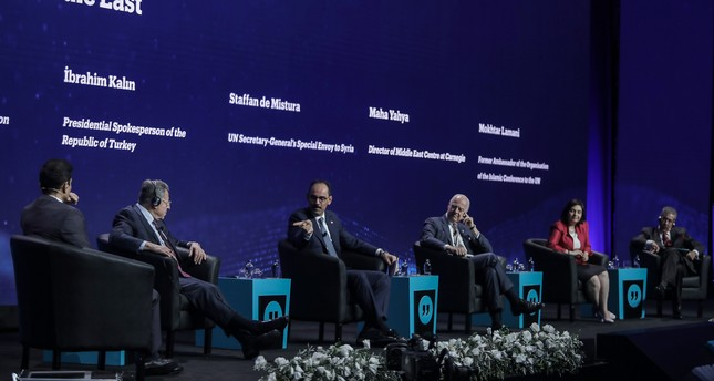Former Lebanese PM Fouad Siniora, Turkish Pres Spox Ibrahim Kalın, UN Syria Envoy Staffan de Mistura, Carnegie Middle East Center Director Maha Yahya and former OIC UN envoy Mokhtar Lamani attend a panel at the TRT World Forum, Oct. 4, 2018. (DHA)