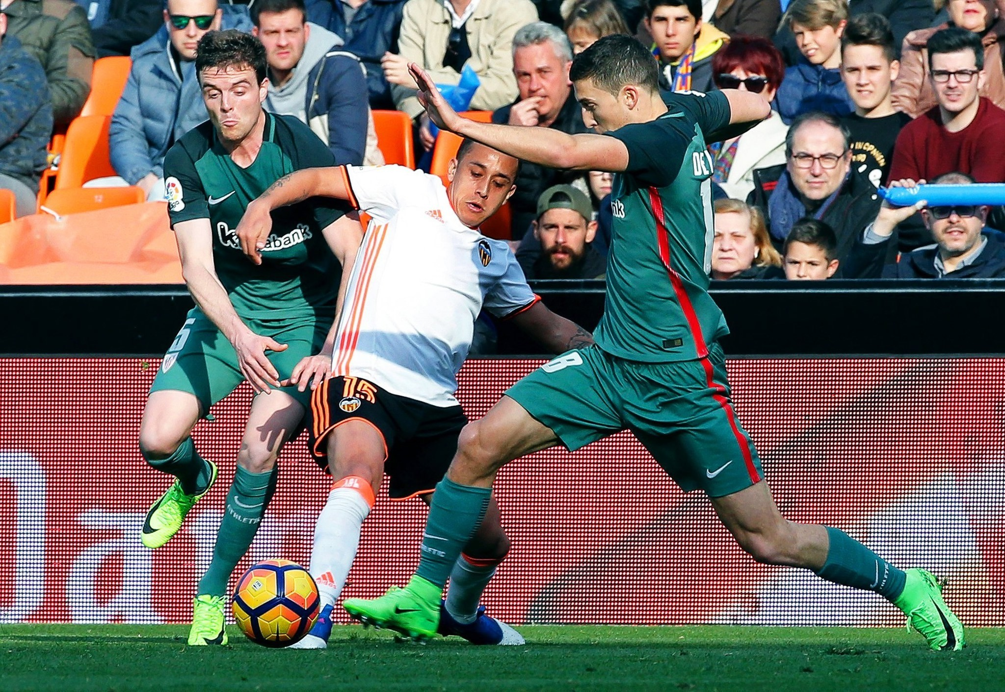 Valencia's Orellana (C) in action against Athletic Bilbao players Eraso (L) and Muniain (R) during the Spanish Primera Division soccer match between Valencia CF and Athletic Bilbao at the Mestalla stadium in Valencia, 19 February 2017. (EPA Photo)