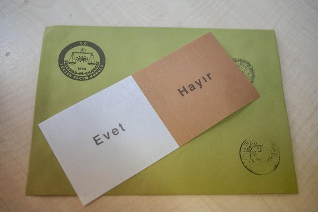 """Stimmzettel mit der Aufschrift """"Ja"""" und """"Nein"""""""