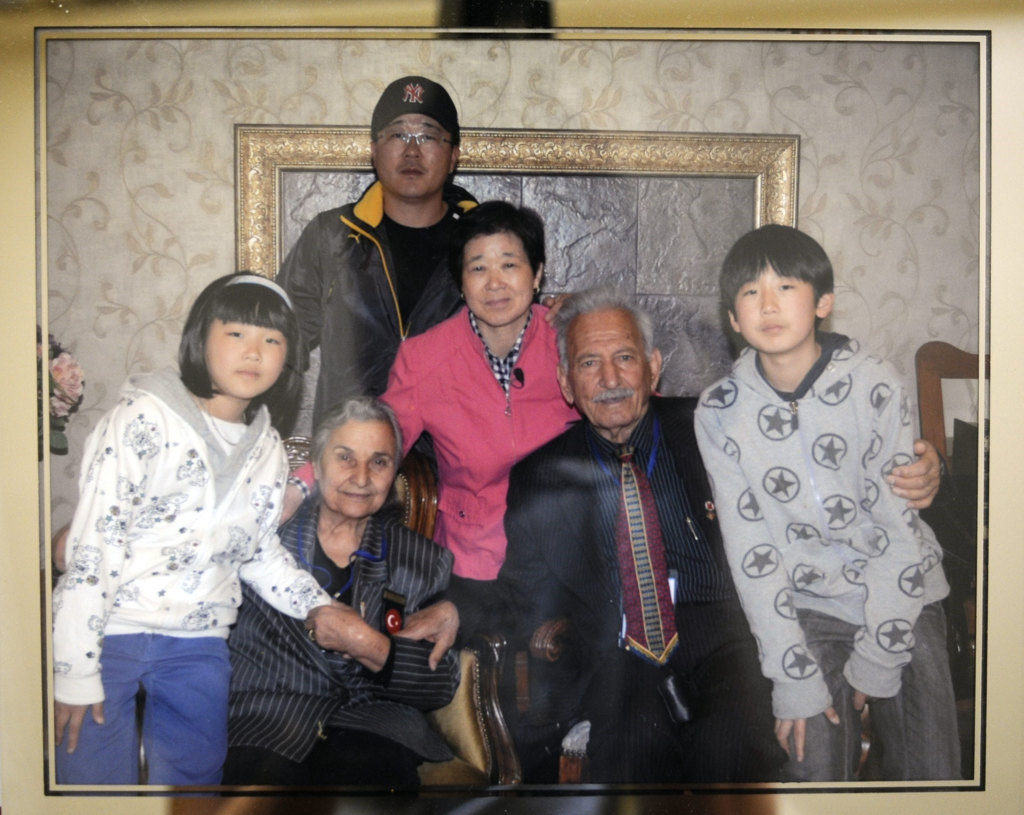 Kim Eun-ja (in pink) and her family pose with Nimet (2-L front row) and Su00fcleyman Dilbirliu011fi (3-L front row), Kim's godfather. (FILE Photo)
