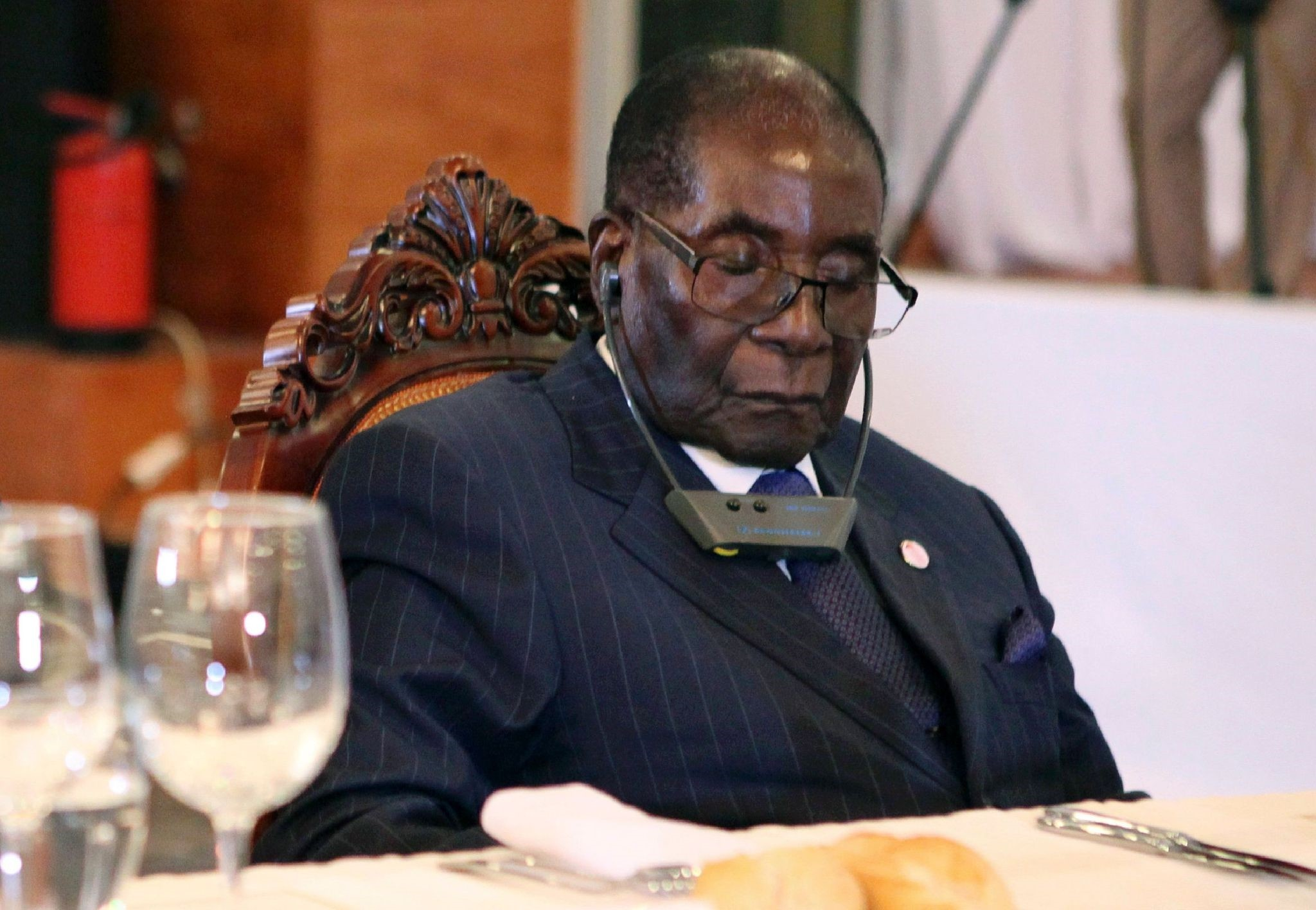 This file photo taken on January 13, 2017 shows Zimbabwe President Robert Mugabe (R) attending a State Dinner for the Africa-France Summit with the Rwandan president in Bamako on January 13, 2017. (AFP Photo)