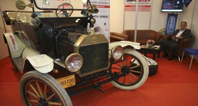 سيارة عمرها 100 عام تخطف الأنظار في معرض للسيارات بتركيا