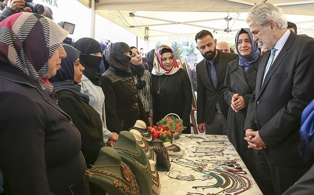 Turkish Family and Social Affairs Minister Fatma Betül Sayan Kaya (2ndR) and EU Commissioner for Humanitarian Aid and Crisis Management Christos Stylianides (R) visit a handmade jewellery stand of Syrian women, Oct. 17, in Ankara, Turkey. (AA Photo)