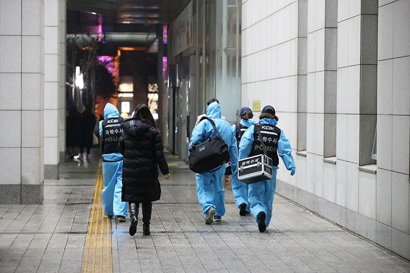 Korea Crime Scene Investigation staff enter a hospital where Kim Jong-hyun, the lead singer for South Korea's top boy band Shinee was taken into, in Seoul, South Korea, December 18, 2017. (Yonhap/via Reuters)