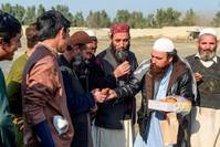 أفغاني يوزع الحلوى احتفاءً بالهدنة AP