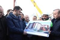 وزير البيئة والتخطيط العمراني التركي ينظر إلى أحد مخططات المشروع الأناضول